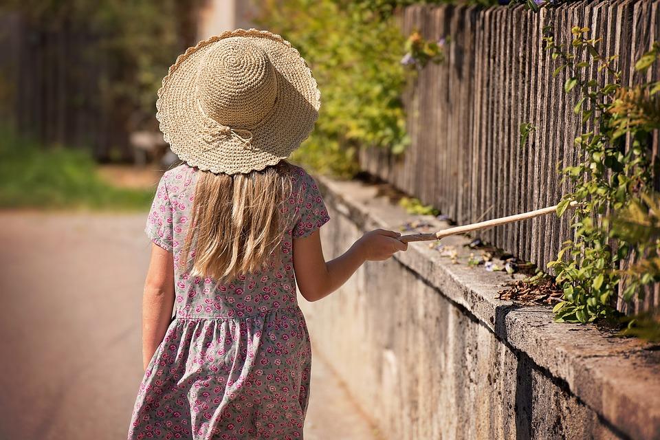 dívka za plotem