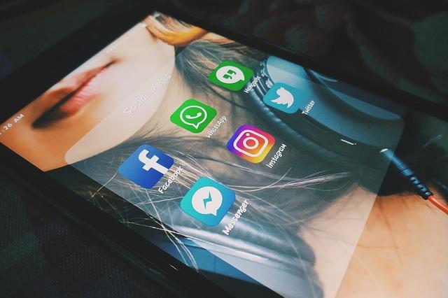 ikony sociálních sítí na tabletu